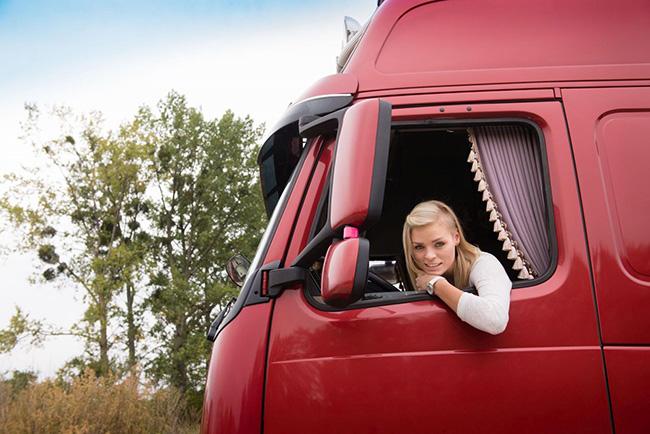 В Беларуси женщинам разрешат сесть за руль большегруза